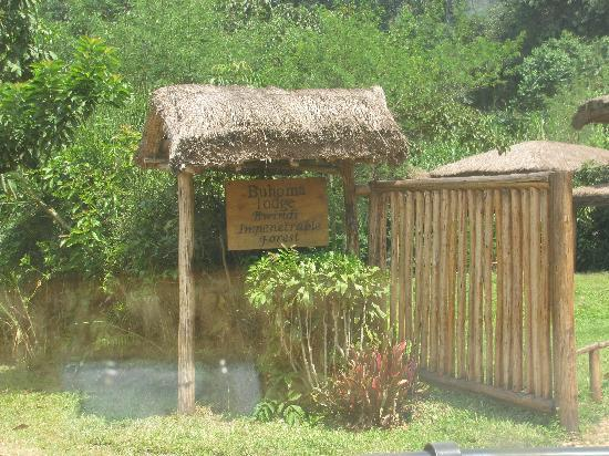 Buhoma Lodge: Sign post for the lodge as you drive up