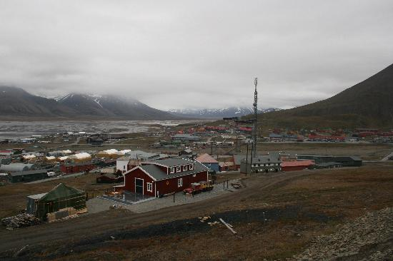 Blick über Longyearbyen am Isfjord