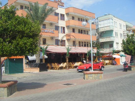 Mitos Apartotel: Front of hotel and restaurant