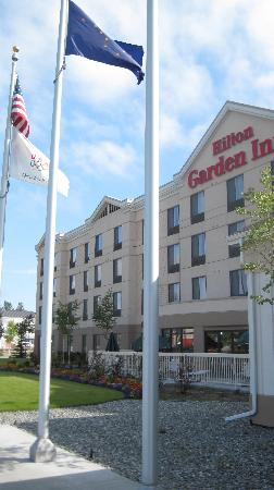 Hilton Garden Inn Anchorage: Front of hotel