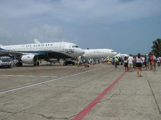 Punta Cana, República Dominicana: There's the red line that everybody follows to their plane.