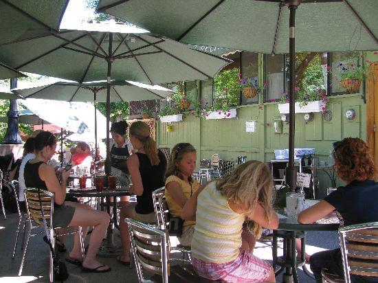 Greenleaf Restaurant: Lunch along the river !