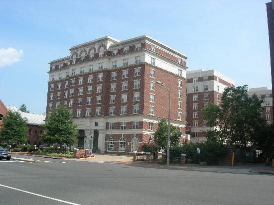 Residence Inn Alexandria Old Town/Duke Street: Hotel Exterior.