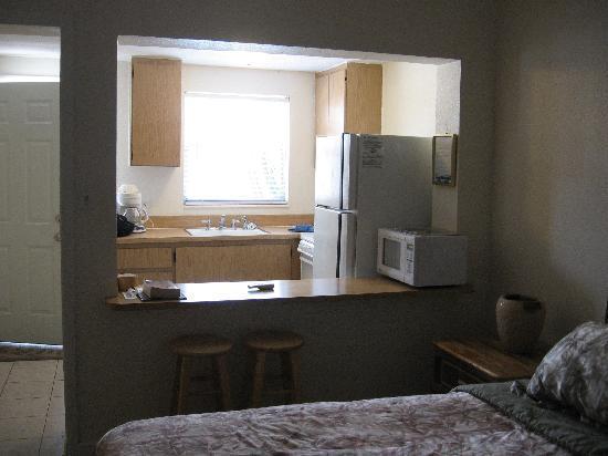 Gulf Tides Inn: kitchen