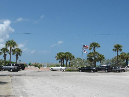 Gulf Tides Inn: distance from hotel to the beach...not far at all