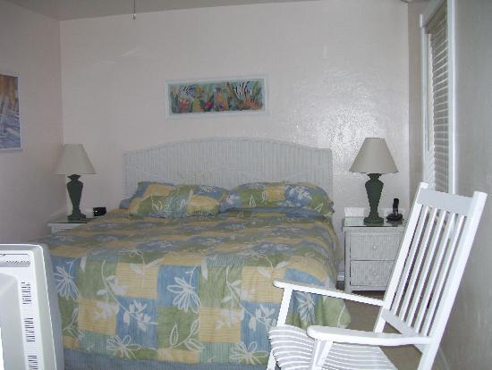 Bahama Beach Club Apartments : bedroom