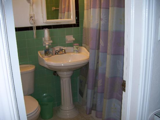 Bahama Beach Club Apartments: bath (loads of towels provided)
