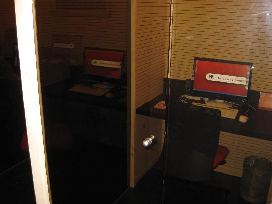iQ Hotel Roma: PCs in Business centre in individual booths
