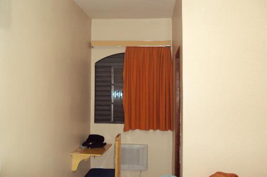 Hotel Villa Canoas: Janela e porta do Banheiro