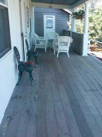 Fire Island Hotel and Resort: patio set outside the lobby