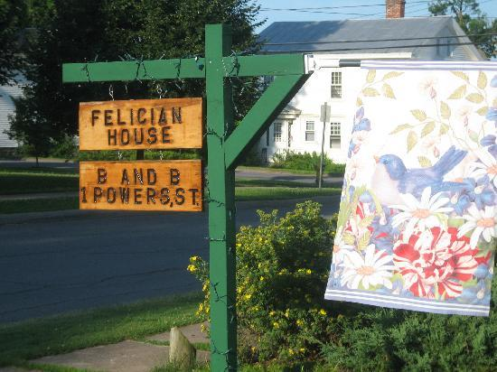 Felician House Bed & Breakfast: Sign at street