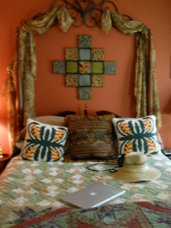 Park Avenue Manor : Gorgous queen size bed full of plush pillows