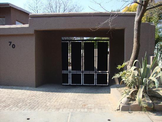 Lemurian Guest Lodge: Street entrance