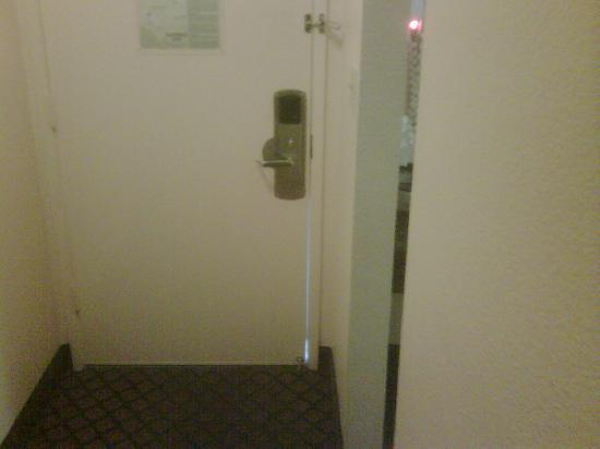Aloha Inn: Gap between the room door...see the light?