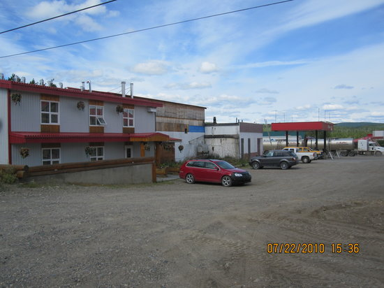 Watson Lake, Canadá: Hotel in back of PetroCanada