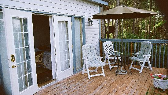 A Grand View Bed and Breakfast: Garden Room (deck)