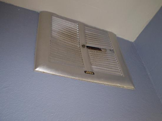 Sandcastle Inn: broken, dirty vent in bathroom