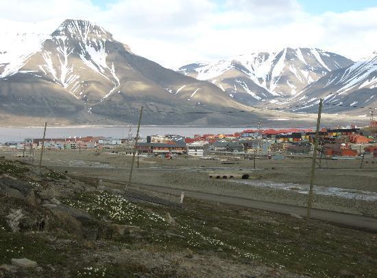 Longyearbyen, Norge: Blick vom Friedhof aus auf die Stadt