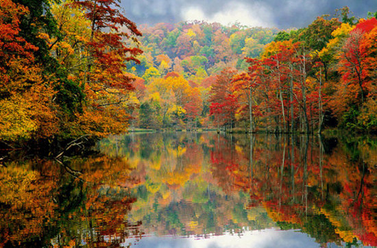 Оклахома: Beavers Bend State Park puts on a majestic show as its spicy fall colors reflect on the smooth.