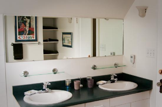 Third House Inn: The bathroom that goes with the West Room