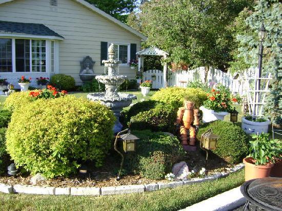 Lamplighter Motel: Charming garden