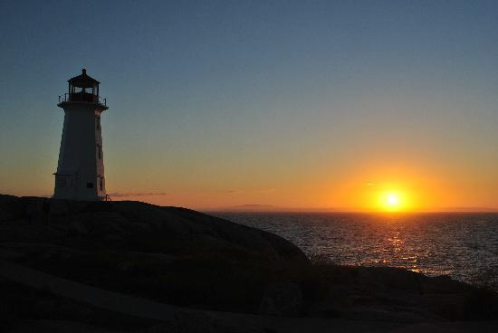 Peggy's Cove Bed & Breakfast: Lighthouse at sunset