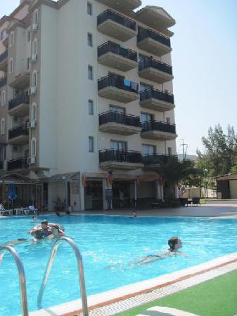 Seaview Suite Hotel: The pool and hotel