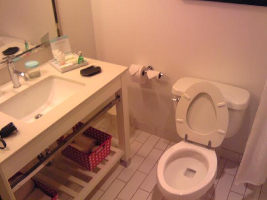 Four Points by Sheraton York: BATHROOM