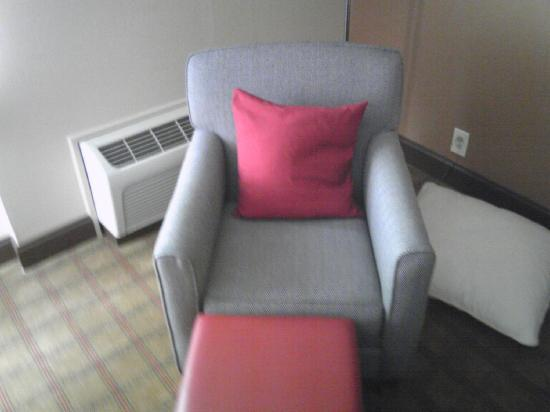 Four Points by Sheraton York: CHAIR IN ROOM