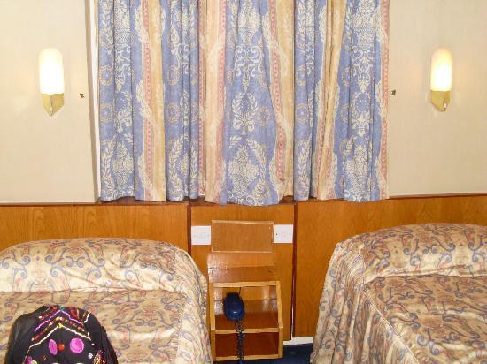 Orchard Hotel: twin room mit fenster zur strasse im 2. stock