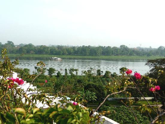 La Residence Hue Hotel & Spa : La rivière qui borde l'hôtel