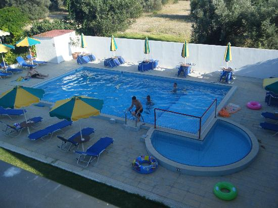 Anixis Apartments: Pool area