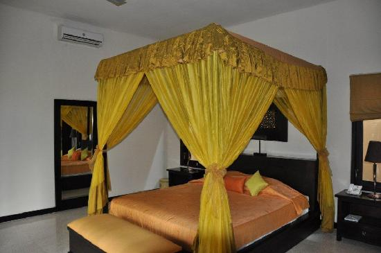 Alam Warna: King size bed