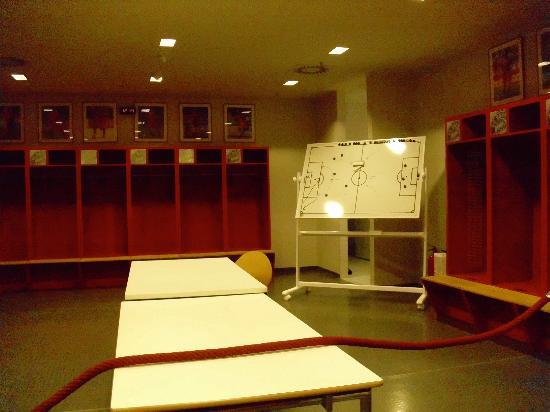 Allianz Arena: Die Spielerkabine! Da sitzen die behrümten Bayern-Spieler!