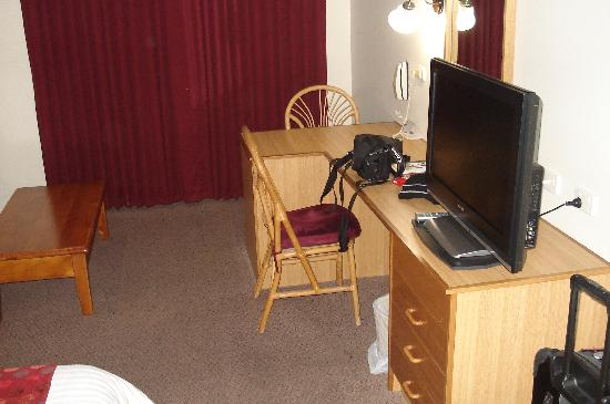 Comfort Inn Silver Birch : Desk and large flat screen TV