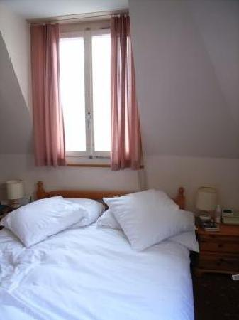 Hotel de la Paix: Light and airy room with super soft pillows!