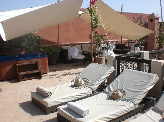 Riad Dar Selen: Jacuzzi on roofterrace. Perfect place to look at the stars in the evening