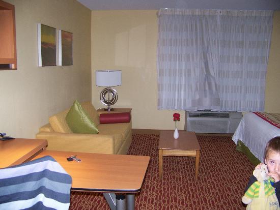 TownePlace Suites Fresno: pièce principale: canapé+lit