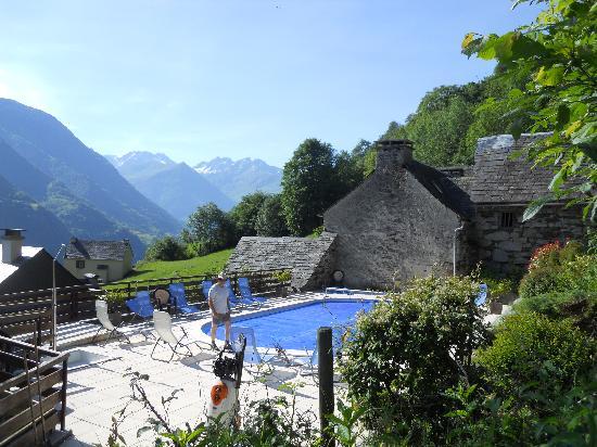 La Grange aux Marmottes: the swimming pool and the Pyrénés