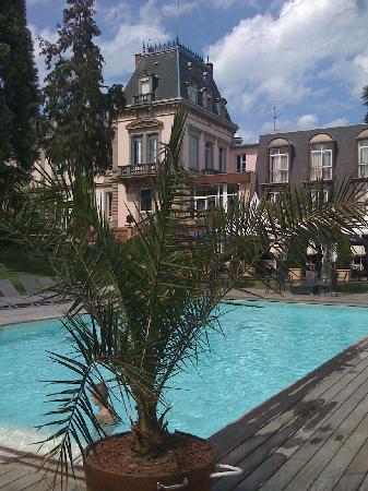Les Hortensias: l'hôtel vu de derrrière la piscine