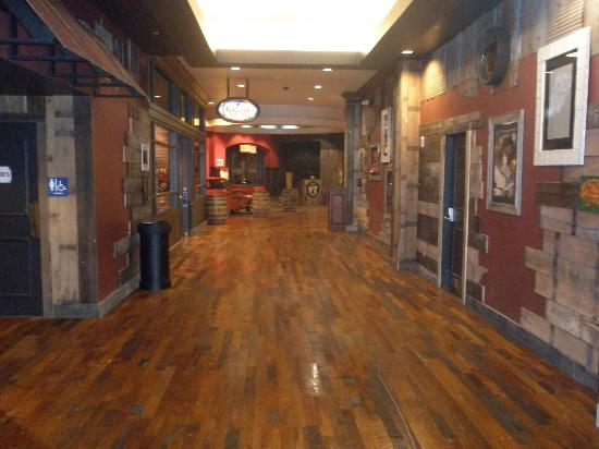 Tunica Roadhouse Casino & Hotel: HALL TO CASINO