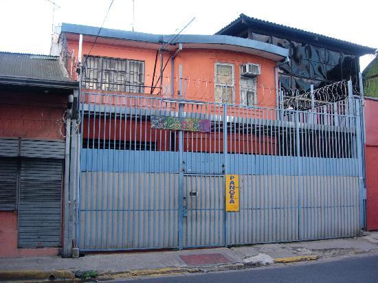 Hostel Pangea: El frente parece una prisión!!