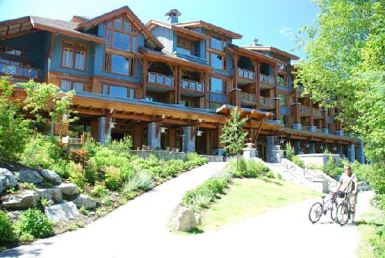 Nita Lake Lodge : Lodge itself (facing lake)