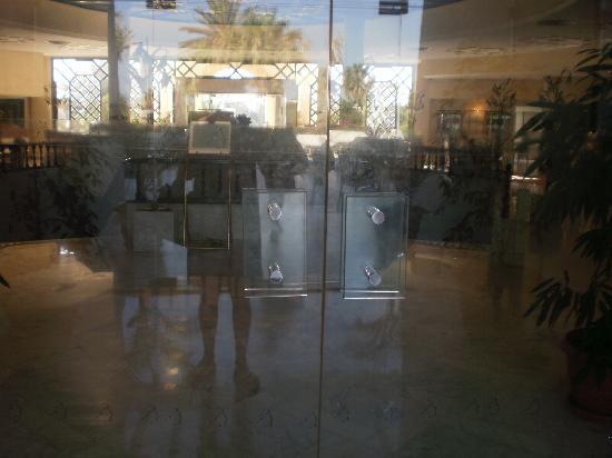 Hasdrubal Thalassa Hotel & Spa Port El Kantaoui: les portes sales voire dégoutantes...g séjourné pendant 3 nuits et aucun nettoyage