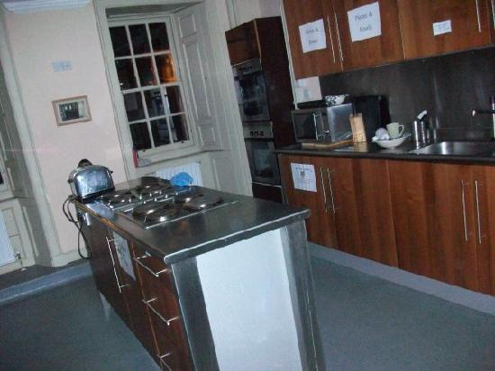 Dundee Backpackers Hostel: large, clean, modern kitchen