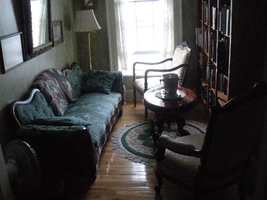 Heritage Home Bed and Breakfast: reading area inside