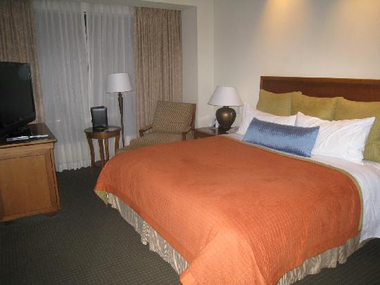 InterContinental Real Managua at Metrocentro Mall: Separate Master Bedroom with 2nd bath, shower and TV.