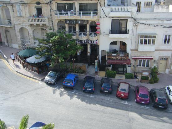 Gillieru Harbour Hotel: acros road from hotel a chinese resaurant and bar