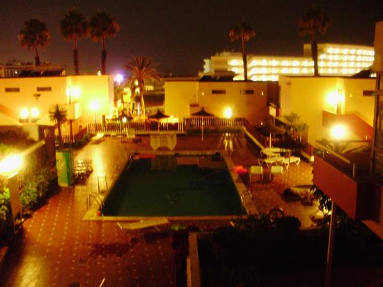 Paraiso del Sol Apartments: View from balcony at night
