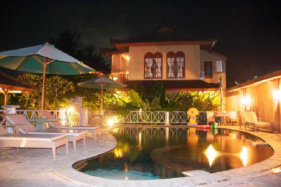 Kaliasem, Indonesia: Rumah Cantik at night